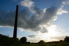 在一家老砖工厂上的剧烈的天空 库存照片