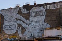 在一家老被放弃的工厂的门面的巨型街道画 免版税图库摄影