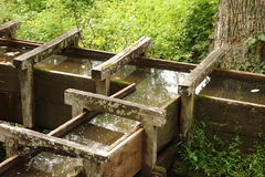 在一家老面粉加工厂的木输送管道 库存照片