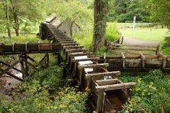 在一家老面粉加工厂的木输送管道 库存图片