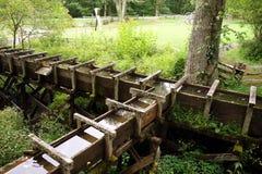 在一家老面粉加工厂的木输送管道 免版税图库摄影