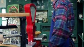 在一家老,减速火箭的商店衡量糖果的射击一位年轻卖主 股票录像