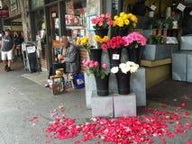 在一家花店之外的单簧管球员在派克集市,西雅图附近 免版税库存照片