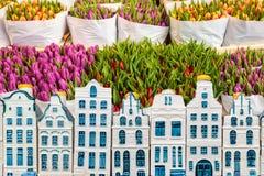 在一家花店的郁金香与纪念品阿姆斯特丹运河房子 库存照片