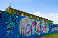 在一家被放弃的工厂前的街道画 库存照片