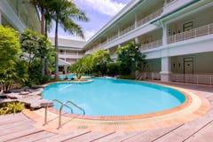 在一家豪华旅馆里面的游泳池 免版税库存图片