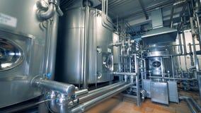 在一家酒精产出的工厂和坦克包含的钢管道 影视素材