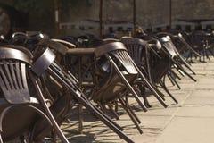在一家闭合的餐馆附近的椅子 免版税库存图片