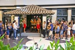 在一家霍利斯特商店的入口的队列在法兰克福 免版税库存照片