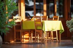 在一家露天餐馆的五颜六色的室外桌 库存照片
