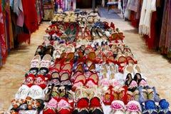 在一家鞋店的鞋子在老镇丽江,云南,中国 免版税库存照片