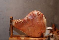 在一家餐馆的大火腿在胡志明市,越南 库存照片