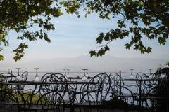 在一家餐馆的空的桌在可西嘉岛 图库摄影