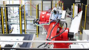 在一家高科技工厂装配的太阳能电池的生产-工作机器人 股票录像