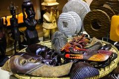 在一家高级零售店的非洲古玩 图库摄影