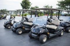 在一家黑山高尔夫俱乐部的高尔夫车 免版税库存照片