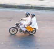 在一对夫妇上的概略的看法在一辆摩托车在斋浦尔 库存照片