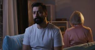 在一对夫妇之间的冷颤的心情在晚上 股票录像