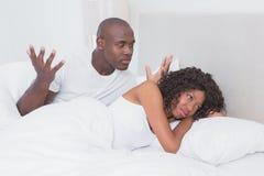 在一对夫妇之间的争执在一起床上 免版税库存图片