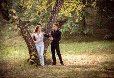 在一对年轻夫妇之间的爱和喜爱 库存照片