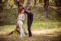 在一对年轻夫妇之间的爱和喜爱 库存图片
