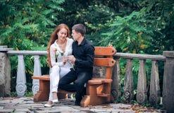 在一对年轻夫妇之间的爱和喜爱 免版税库存照片
