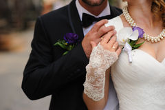 在一对年轻夫妇的手上的婚戒 图库摄影