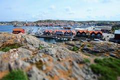 在一小瑞典渔镇的美丽的景色 免版税库存照片