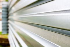在一工地工作的锌篱芭透视的 库存图片