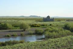 在一座公墓的一个回教石棺哈萨克人干草原的 免版税库存照片