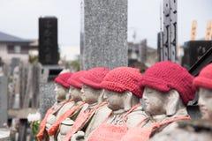 在一座公墓的小雕象在日本 库存照片