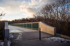 在一座冰冷的步行桥的太阳落山 免版税库存图片