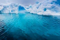 在一座冰山下的绿松石颜色在南极洲 免版税库存照片