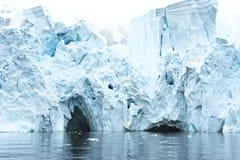 在一座冰山的门在南极洲 库存图片