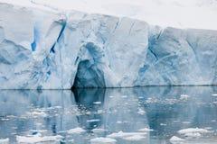 在一座冰山的门在南极洲 免版税图库摄影