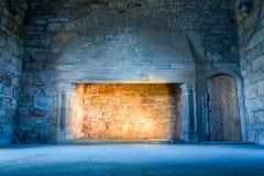 在一座冷中世纪城堡的温暖的光 免版税库存照片