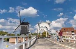 在一座历史的桥梁的年轻夫妇在莱顿运河  库存照片