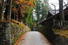 在一座古庙旁边的浪漫段落在日本秋天 免版税库存照片