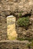 在一座古老城堡的废墟的一个门道入口 免版税库存照片