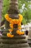 在一座古老塔的假花在泰国 免版税库存照片