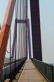 在一座吊桥的自行车道在早晨 免版税库存图片