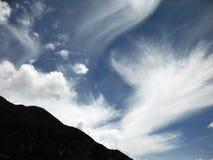 在一座喜马拉雅山上的波浪云彩 库存图片