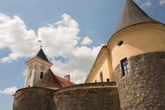 在一座城堡的看法与塔在晴天 免版税库存图片