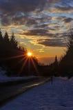 在一座多雪的山的日落阳光 图库摄影