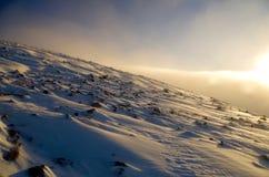 在一座多雪的苏格兰山的太阳 免版税库存照片