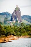 在一座大岩石山的塔房子 Peñon Guatape 库存图片