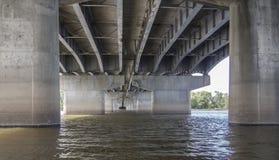 在一座大桥梁下在一个夏日 库存图片