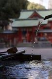 在一座寺庙的水净化在日本 库存照片
