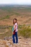 在一座小山顶部的确信的女孩 库存照片