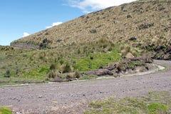 在一座山一边的路在安蒂萨纳火山生态储备,厄瓜多尔 免版税库存照片